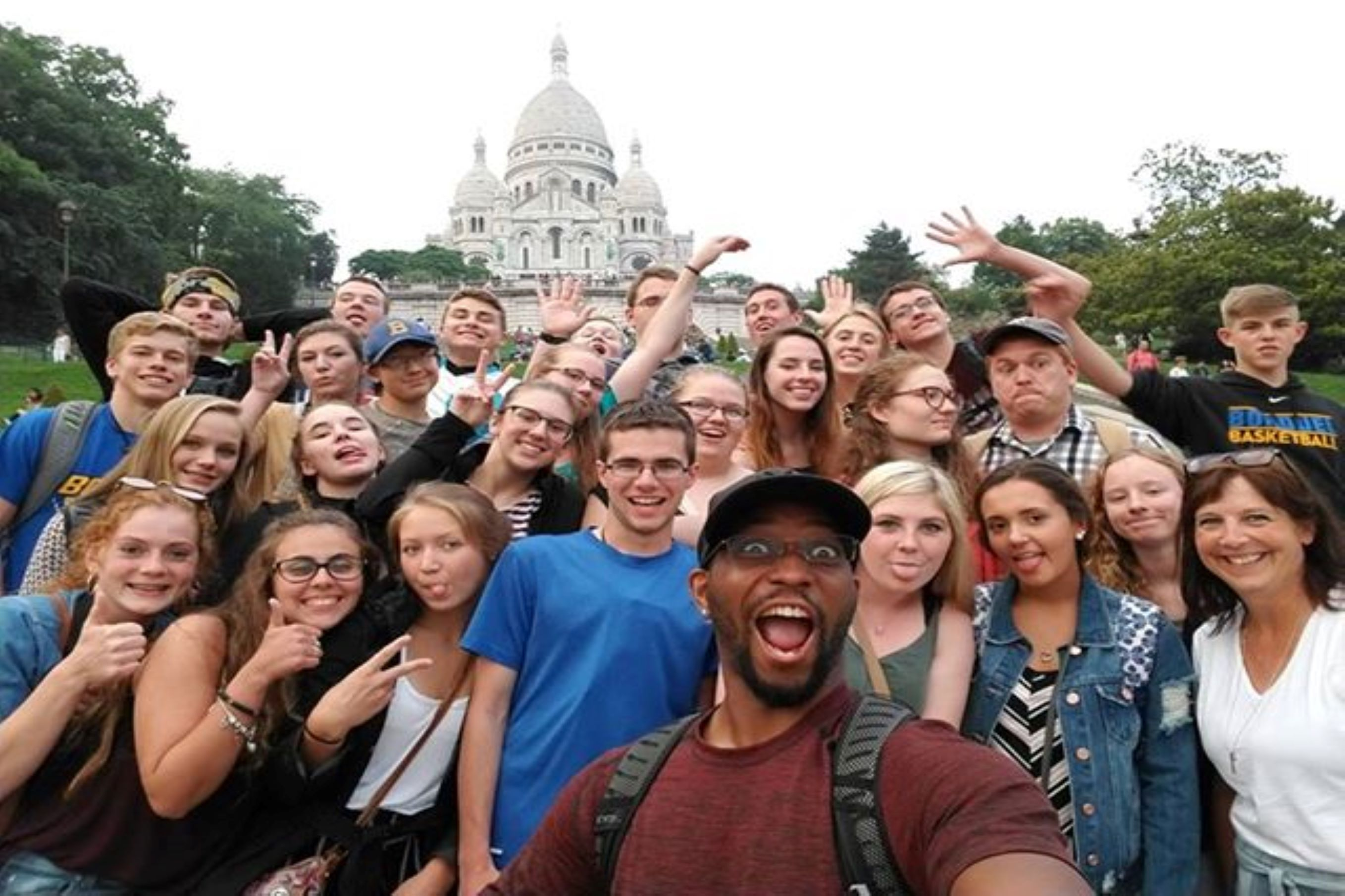 Group of students at the foot of the Sacré Coeur